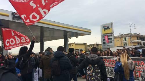 Di Maio contestato da studenti e lavoratori a Pomigliano 4