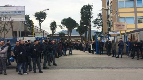 Di Maio contestato da studenti e lavoratori a Pomigliano 8