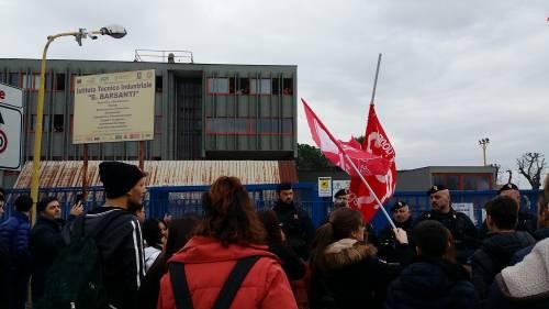 Di Maio contestato da studenti e lavoratori a Pomigliano 11