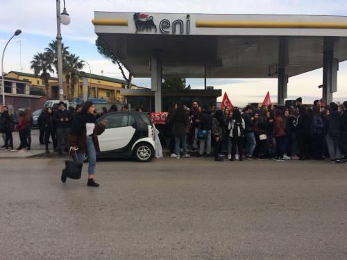 Di Maio contestato da studenti e lavoratori a Pomigliano 13