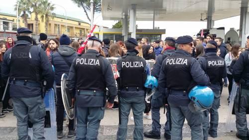 Di Maio contestato da studenti e lavoratori a Pomigliano 1