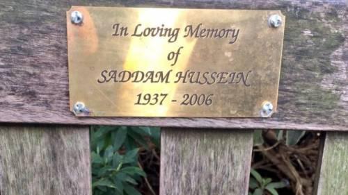 Londra, il caso della panchina dedicata a Saddam Hussein