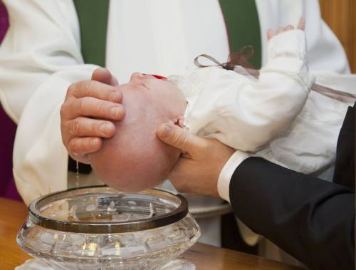"""Carbonia: donna rifiutata come madrina di battesimo """"perché lesbica"""""""