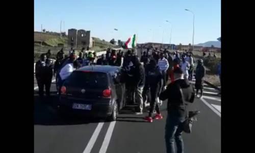 Non paghiamo per l'autobus. Migranti in rivolta contro i tagli di Salvini