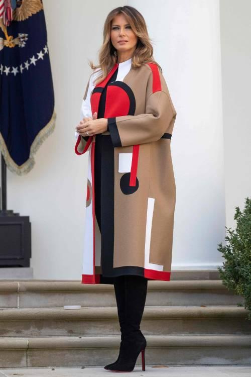 """L'ultima di Melania Trump: un cappotto """"geometrico"""" da 10mila dollari"""