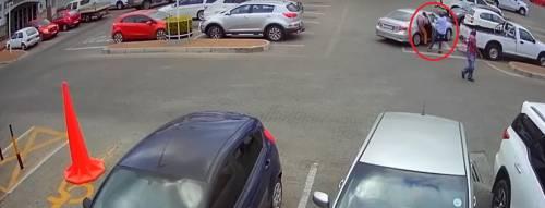 Sudafrica, il ladro lo deruba: lui gli spara con la pistola e lo uccide