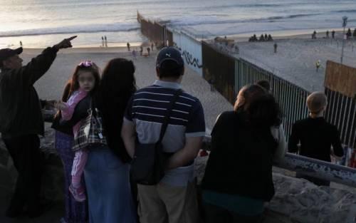 Usa, i militari lungo il confine messicano potranno usare la forza
