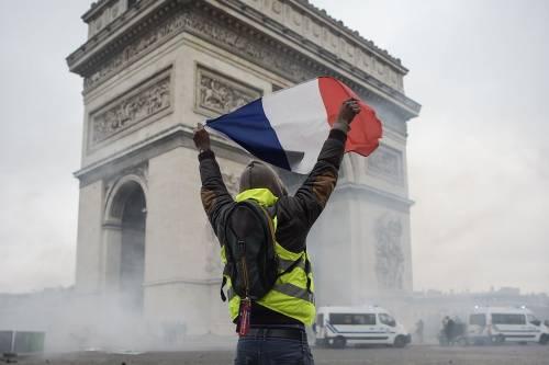 La protesta dei gilet gialli a Parigi: guerriglia sugli Champs-Élysées 4