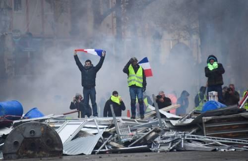 La protesta dei gilet gialli a Parigi: guerriglia sugli Champs-Élysées 8