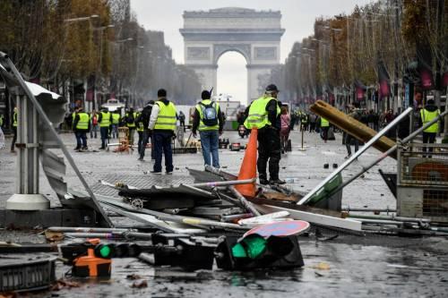 La protesta dei gilet gialli a Parigi: guerriglia sugli Champs-Élysées 9