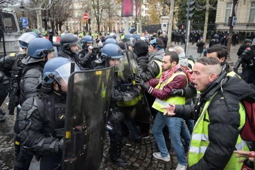 La protesta dei gilet gialli a Parigi: guerriglia sugli Champs-Élysées 5