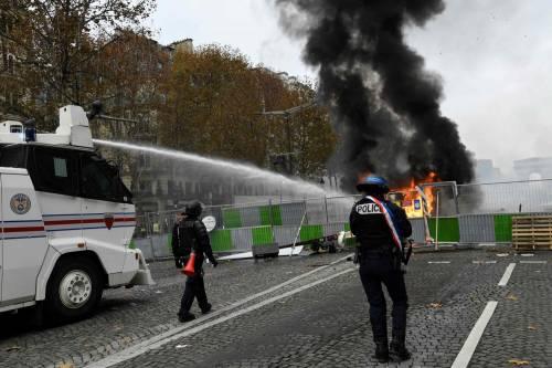 La protesta dei gilet gialli a Parigi: guerriglia sugli Champs-Élysées 6