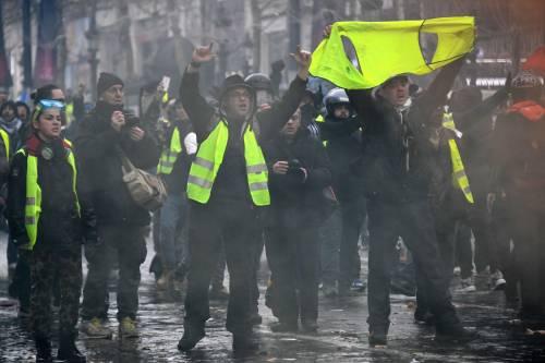 La protesta dei gilet gialli a Parigi: guerriglia sugli Champs-Élysées 3