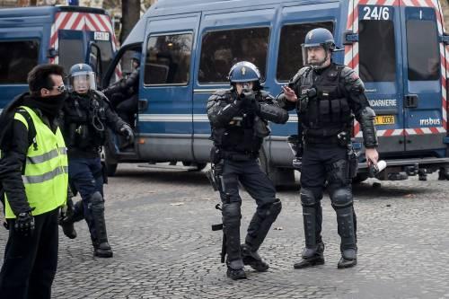 La protesta dei gilet gialli a Parigi: guerriglia sugli Champs-Élysées 7