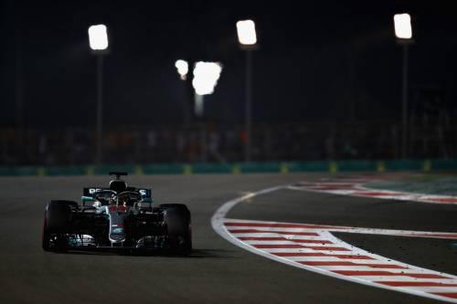 Formula Uno, Hamilton vince anche ad Abu Dhabi. Secondo Vettel, ritiro per Raikkonen