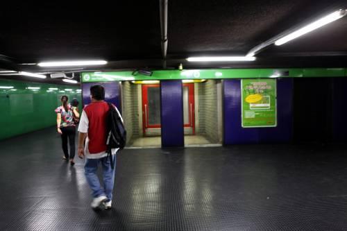 Lancio di sassi contro la metro Presi 13enni:Era un gioco
