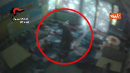 Bambini pestati e presi a calci nell'asilo degli orrori di Milano
