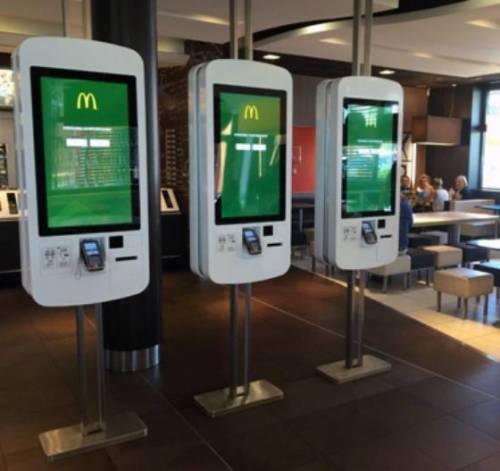 """Lo studio choc sui McDonald's: """"Batteri e feci sui touchscreen"""". Ma l'azienda rigetta le accuse"""