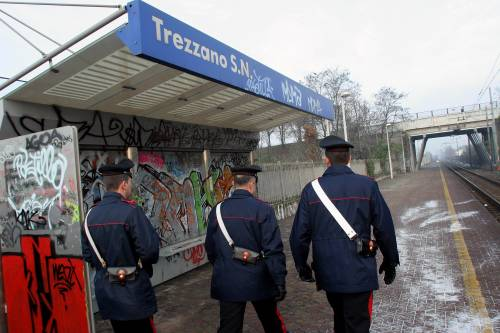 Cade nel Naviglio, i carabinieri le salvano la vita