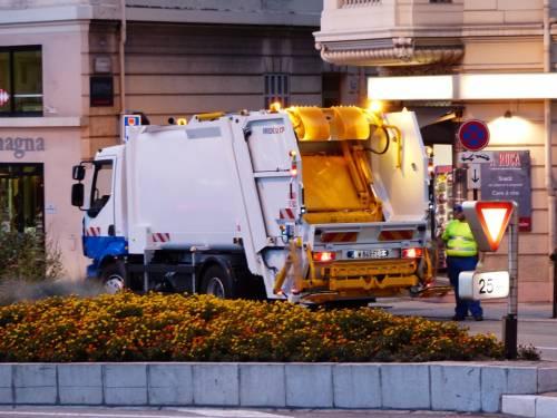 Camion della della raccolta rifiuti travolge una donna sulla strisce