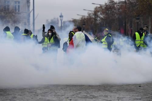 I gilet gialli assediano Parigi: ancora scontri con la polizia 3