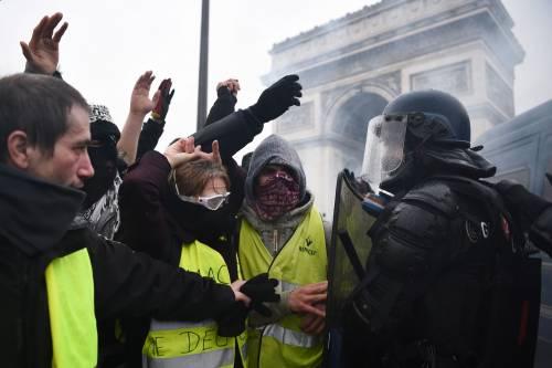 I gilet gialli assediano Parigi: ancora scontri con la polizia 4