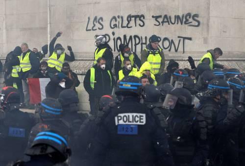 I gilet gialli assediano Parigi: ancora scontri con la polizia 5