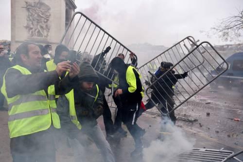 I gilet gialli assediano Parigi: ancora scontri con la polizia 6