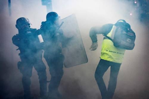I gilet gialli assediano Parigi: ancora scontri con la polizia 7