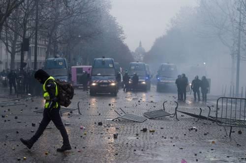 I gilet gialli assediano Parigi: ancora scontri con la polizia 8