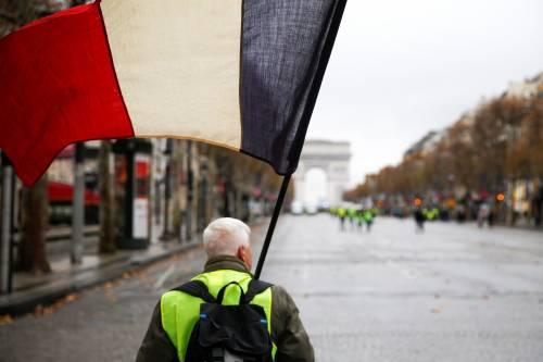 I gilet gialli assediano Parigi: ancora scontri con la polizia 9