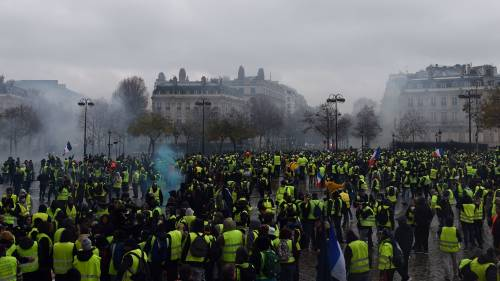 I gilet gialli assediano Parigi: ancora scontri con la polizia 10