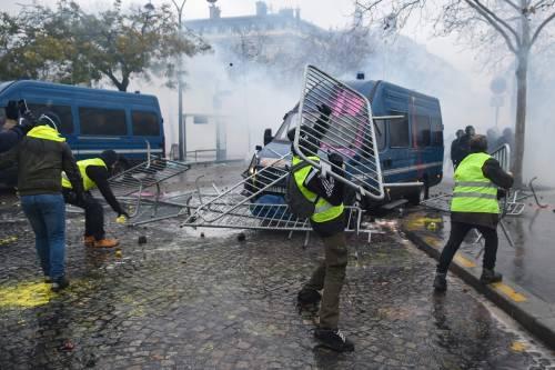 I gilet gialli assediano Parigi: ancora scontri con la polizia 2