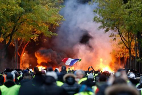 Torna la rabbia dei gilet gialli. Parigi e Macron sono sotto assedio