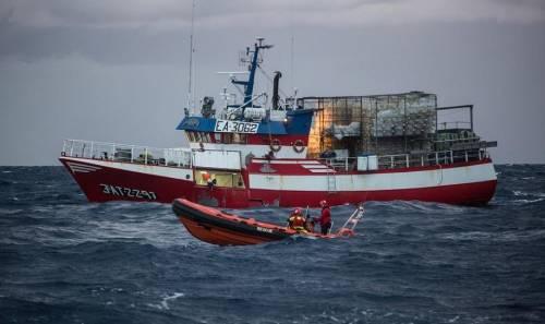 Migranti, Malta cede. Peschereccio spagnolo fa rotta verso l'isola