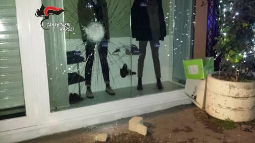 Sfonda vetrina per rubare i vestiti: preso straniero