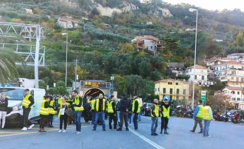 I gilet jaunes sconfinano in Italia e occupano la barriera dell'A10 a Ventimiglia 3