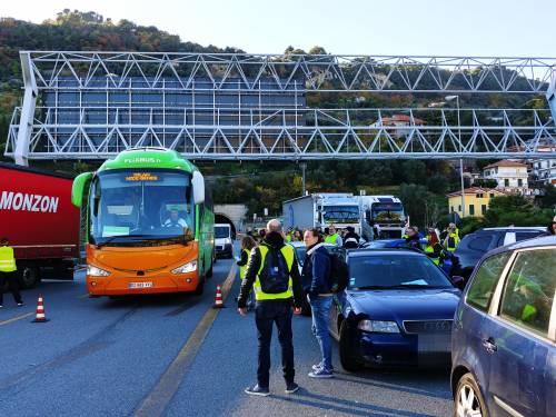 I gilet jaunes sconfinano in Italia e occupano la barriera dell'A10 a Ventimiglia 5