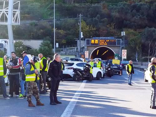 I gilet jaunes sconfinano in Italia e occupano la barriera dell'A10 a Ventimiglia 6