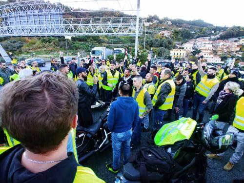 I gilet jaunes sconfinano in Italia e occupano la barriera dell'A10 a Ventimiglia 8