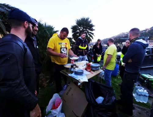 I gilet jaunes sconfinano in Italia e occupano la barriera dell'A10 a Ventimiglia 9