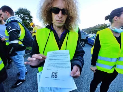 I gilet jaunes sconfinano in Italia e occupano la barriera dell'A10 a Ventimiglia 10
