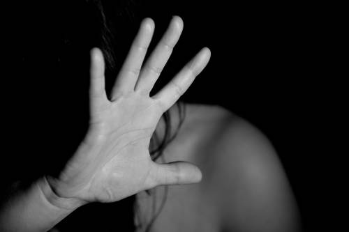 Donna segregata in casa dal compagno e violentata per mesi
