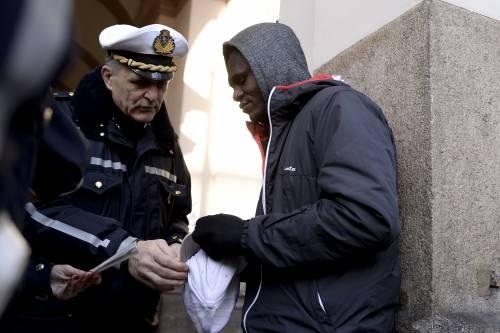 Agenti vestiti da clochard per sgominare il racket dei finti mendicanti nigeriani