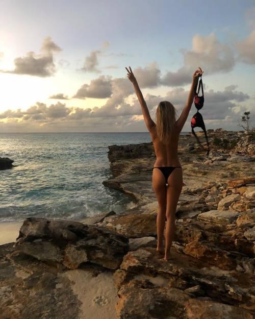 Viky Varga esagerata su Instagram: gli scatti sexy di lady Pellè 3