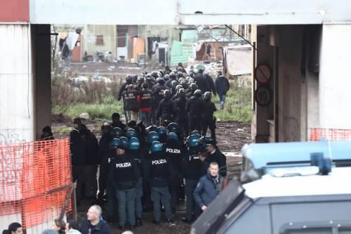 Roma, lo sgombero della fabbrica occupata da più di 500 migranti 3