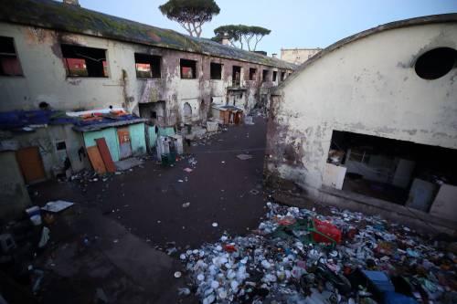 Roma, lo sgombero della fabbrica occupata da più di 500 migranti 5