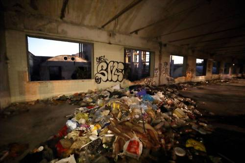 Roma, lo sgombero della fabbrica occupata da più di 500 migranti 6