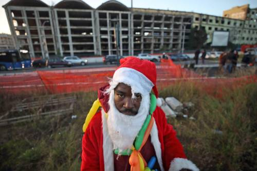 Roma, lo sgombero della fabbrica occupata da più di 500 migranti 9