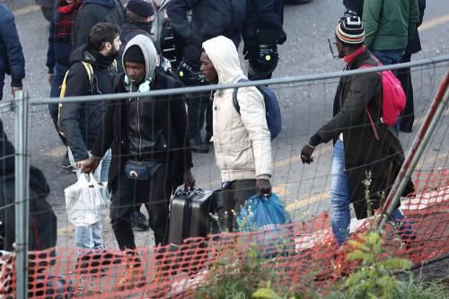 Roma, lo sgombero della fabbrica occupata da più di 500 migranti 10
